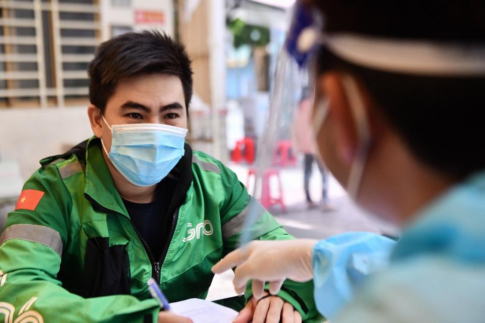 Ngay dau TP.HCM to chuc tiem vaccine dong loat cho shipper hinh anh