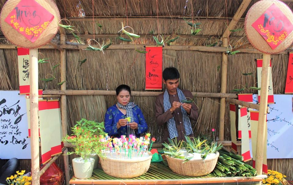 Khach Tay 'tron' mua dong sang Viet Nam lam banh chung hinh anh 12