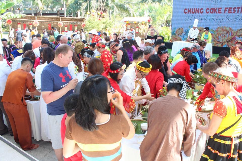 Khach Tay 'tron' mua dong sang Viet Nam lam banh chung hinh anh 2