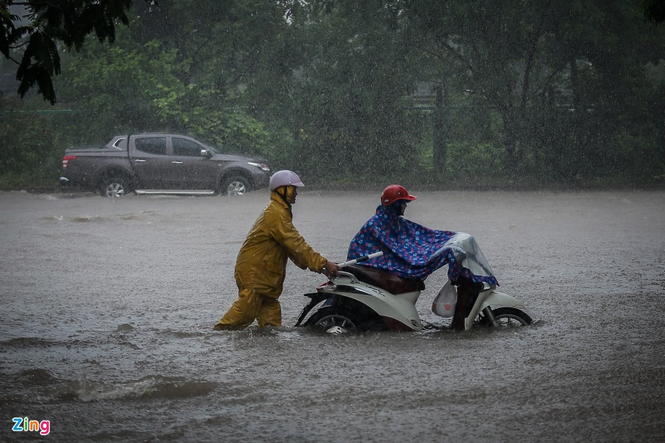 Dịch vụ kéo xe 50.000 đồng qua biển nước sau mưa lớn