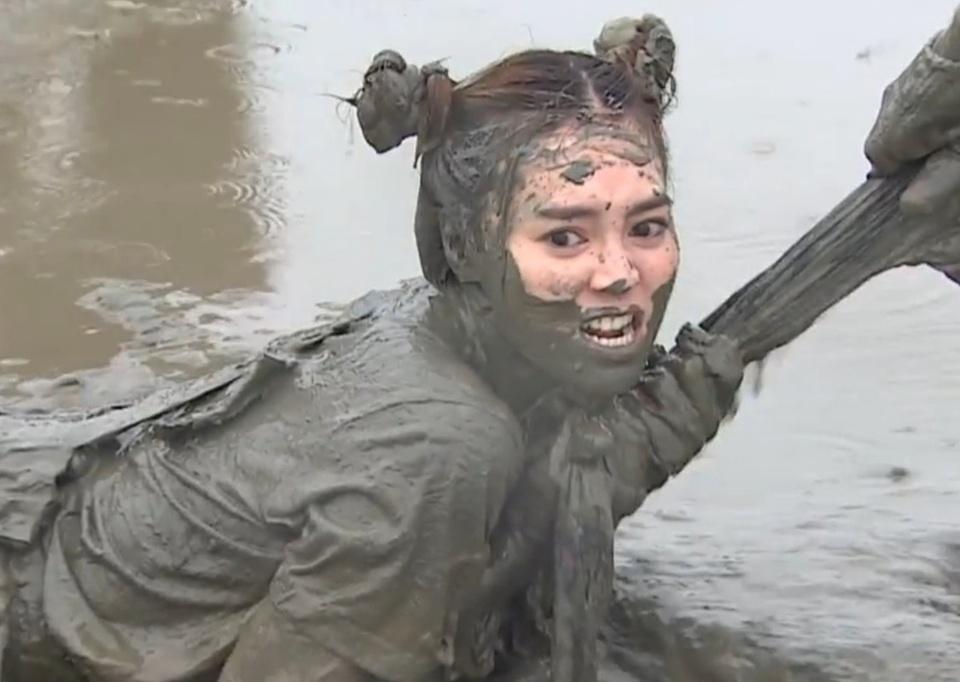 lan-ngoc-va-cac-thanh-vien-running-man-ruot-duoi-tren-san-bun